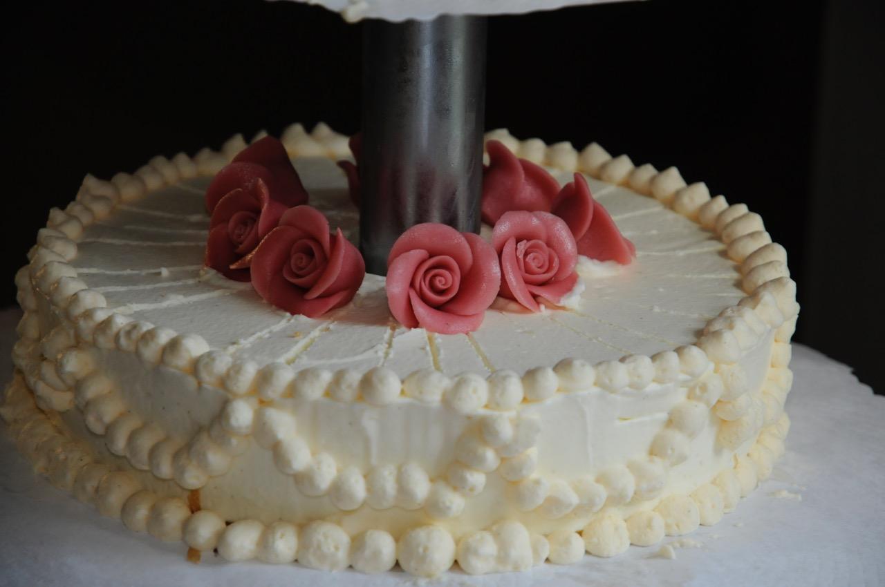 Detailansicht eines Stockwerkes der Eistorte mit roten Zuckerrosen