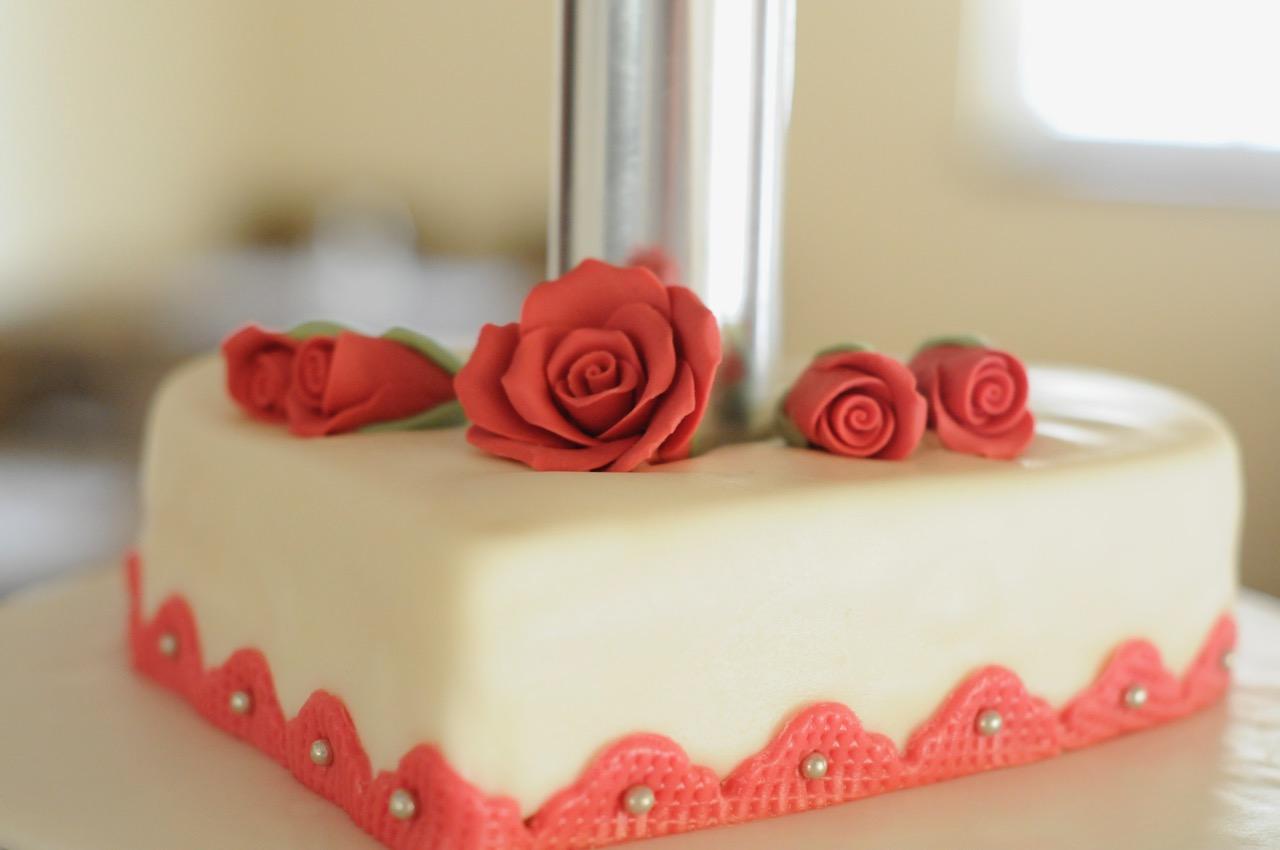 Herztorte mit Zuckerrosen dekoriert
