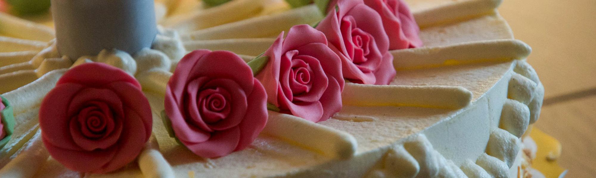 Herztorten mit Rollfondant eingeckt auf klassischem Hochzeitstortenständer