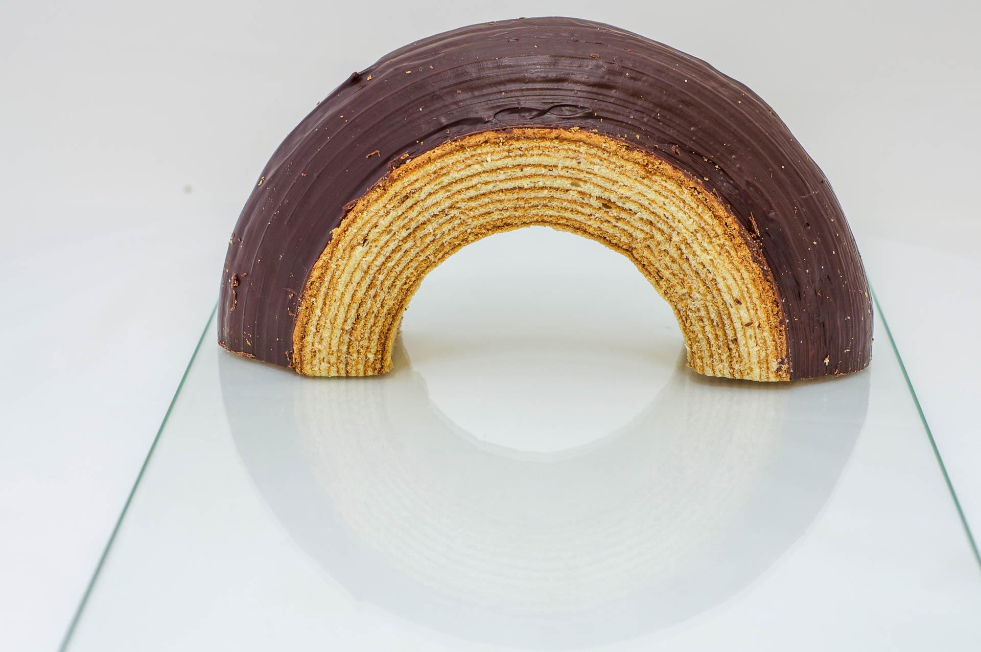 Halber Baumkuchen Ring, man erkennt gut die Struktur der einzeln gebackenen Schichten